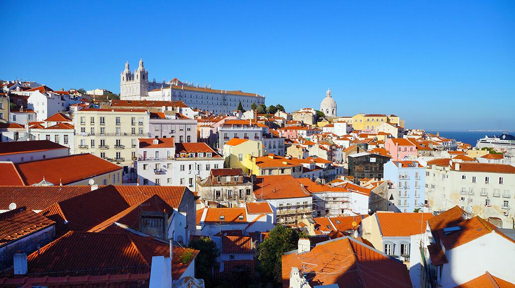 Množstvo farebných domov v historickej štvrti Lisabonu stúpajúcich ku kláštoru svätého Vicenta de Fora