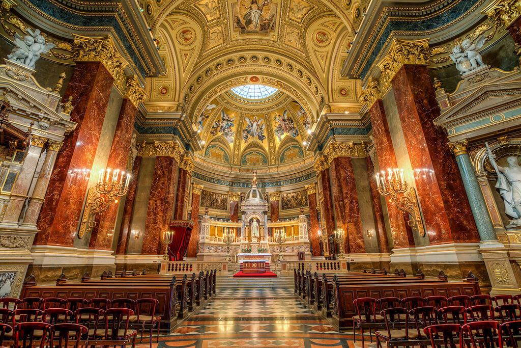 Hra svetiel v nádherne zdobenom interéry baziliky s oltárom