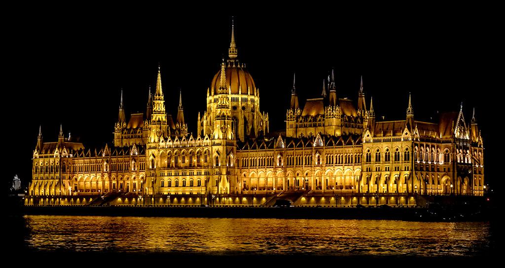 Velkolepá budova maďarského parlamentu vysvietená počas nocii