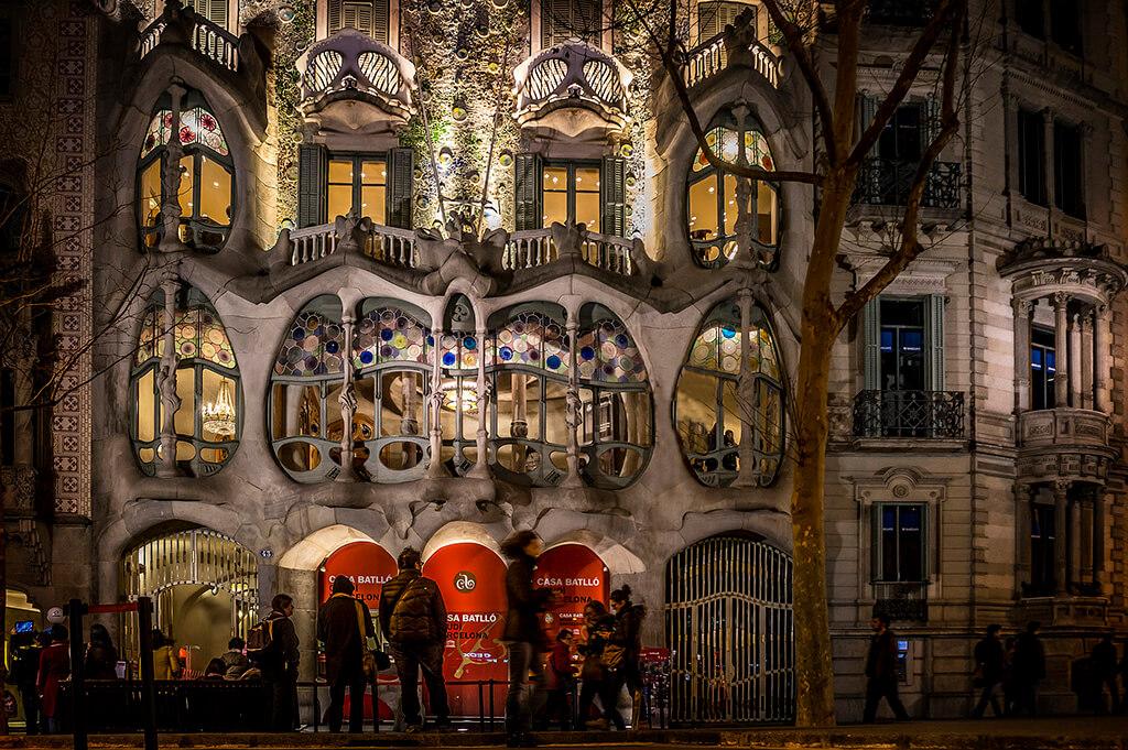 Ďalší z nádherných výtvorov Gaudího. Architektúra domu inšpirovaná kostrou zvierat