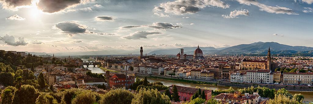 Nádherné historické centrum Florencie ako na dlani s kopcami v pozadí.