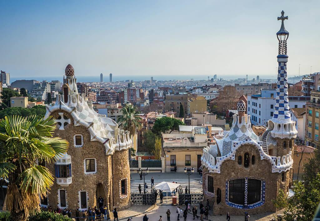 Výhľad na Barcelonu z parku Guell. V popredí dva nádherne zdobené, netradičné domy od Gaudího.