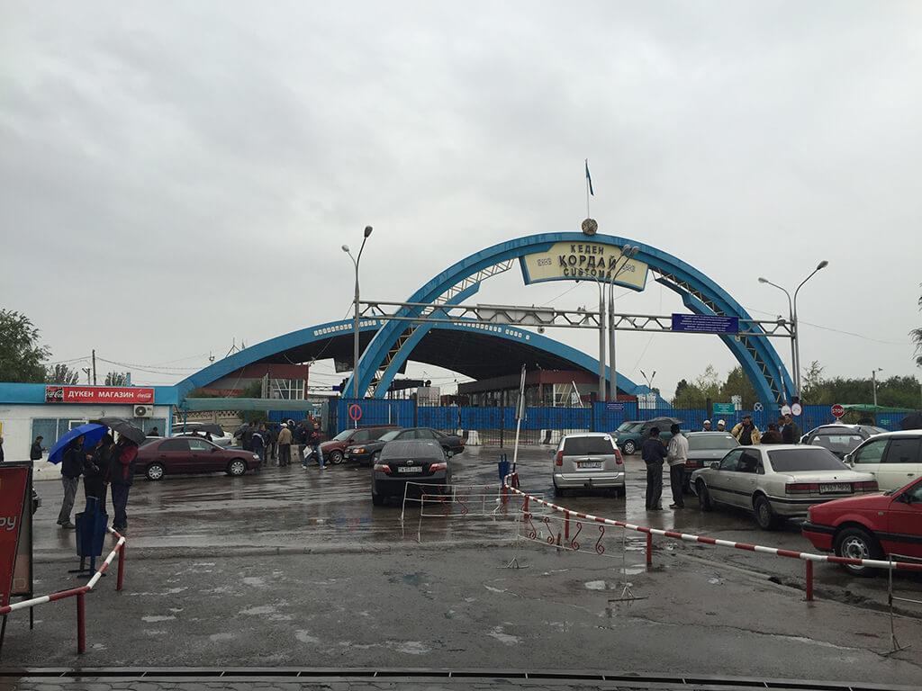 Stara hranica medzi Kirgizskom a Kazachastanom. Vonku prší, budova hranica je z ocelového oblúka