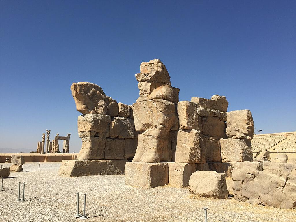 Sochy konov v perzepolise so stĺpmi v pozadí