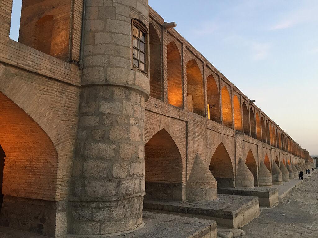 Starodávny kamenný most vedúci cez vyschlú rieku