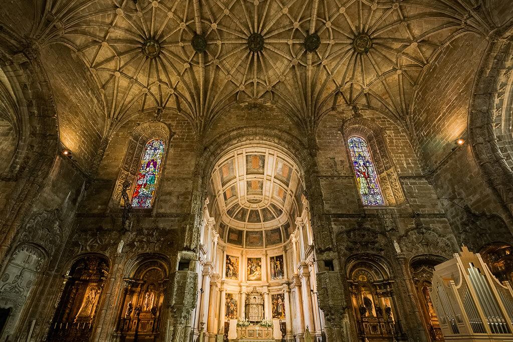 Nádherne zdobený interér kláštor svätého Jeronýma v Lisabone kde je pochovany aj Vasco de Gama