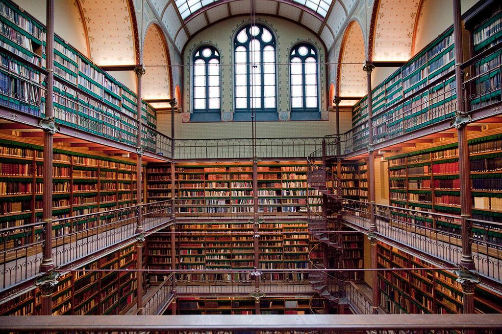 Nadherna historicka kniznica plna knih, tocitymi schodami, stropnou oblukovou klenbou a vytrazou v holandskom narodnou muzeu.