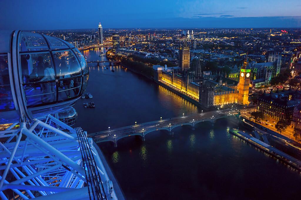 Večerný výhľad z kolotoča London Eye na Londýn. V popredi rieka Temza s Westministerským palácom a vežou Big Ben