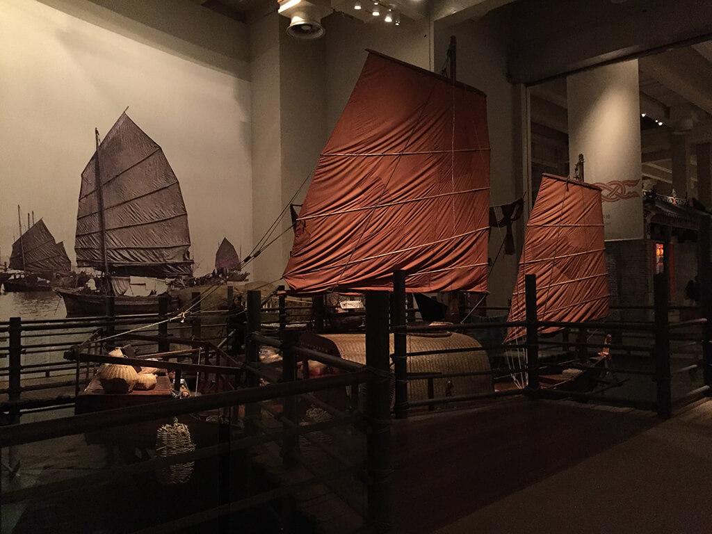 Replika stradičnej čínskej plachetnice v budové múzea histórie Hong Kongu.