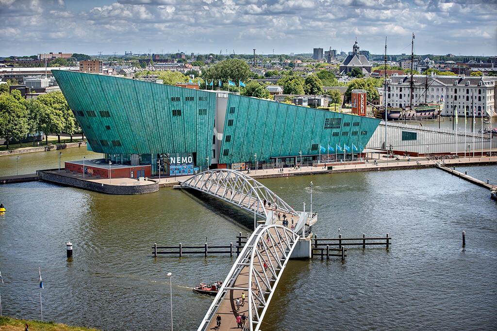 Modrá budova vedecko technickeho muzea v amsterdame
