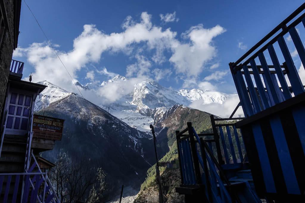 Výhľad na zasnežený vrchol hrebeňa Annapurny 2 ktorý sa dvíha z údolia pod dedinou Upper Pisang.