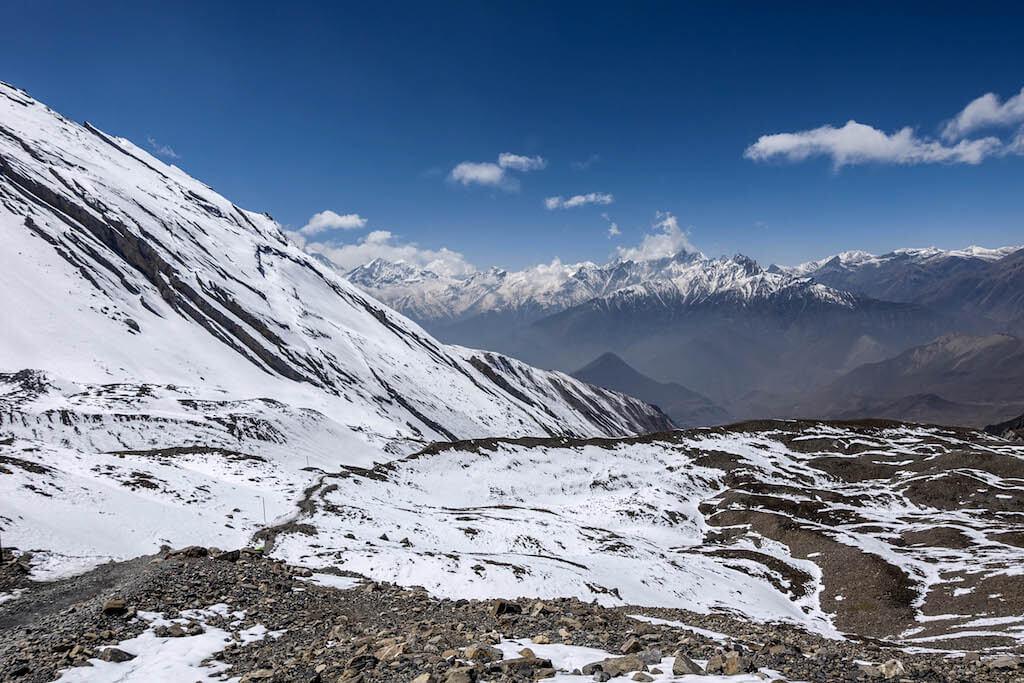 Údolie dolného Mustangu z ktorého rastú zasnežené konciare v okolí Dhaulagiri.