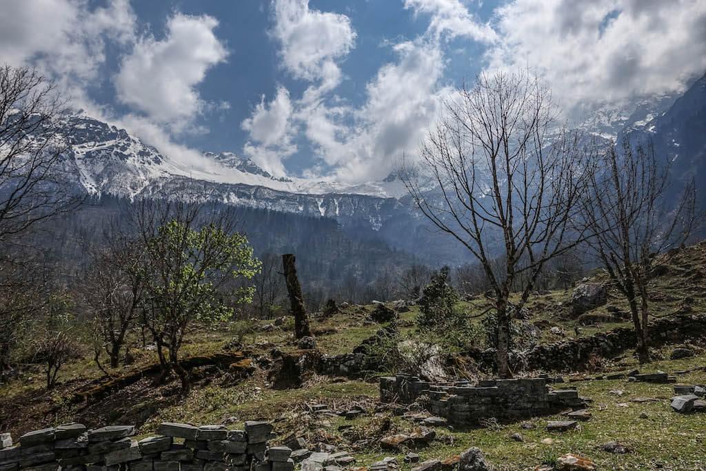 Výhľad na zasnežené vrcholky hôr zahalené do bielych mrakov