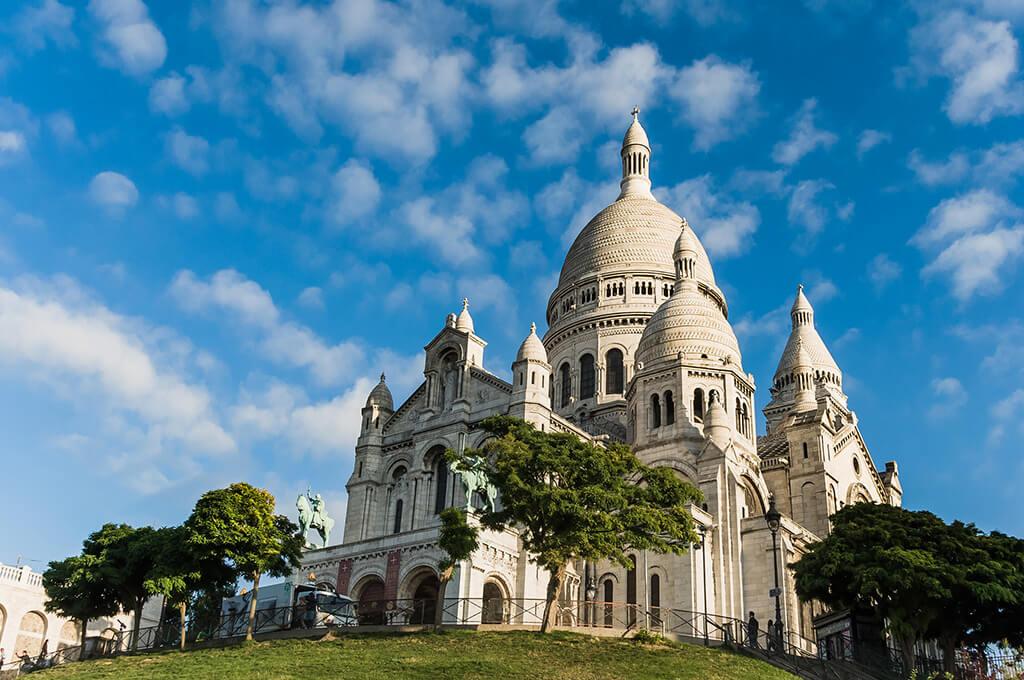 Výhľad na bielu baziliku s vežičkami a dominantnou vysokou kupolou uprostred