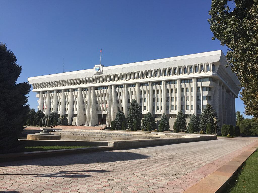 Betónova budova kirgizského parlamentu postavená v sovietskom štýle