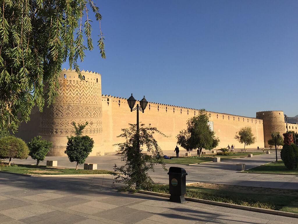 Stredoveka citadela v centre mesta postavená z hliny s mozajkov na stenách