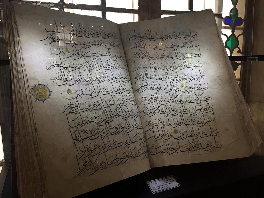 Otvorená kniha s textom z koránu