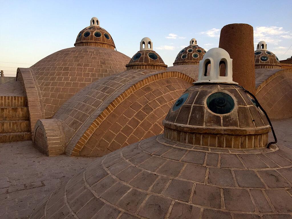 Strecha historického kúpelného domu s kupolovitými svetlíkmi