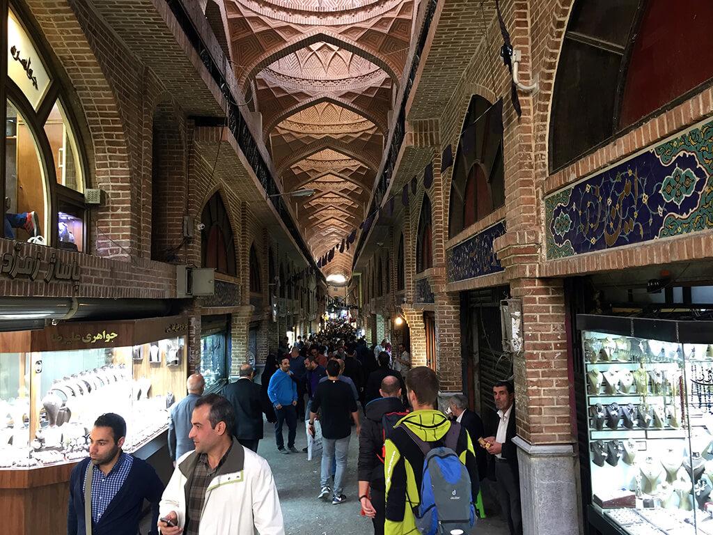 Pohľad na nekonečnú ulicu teheránskeho bazáru plneho ľudí