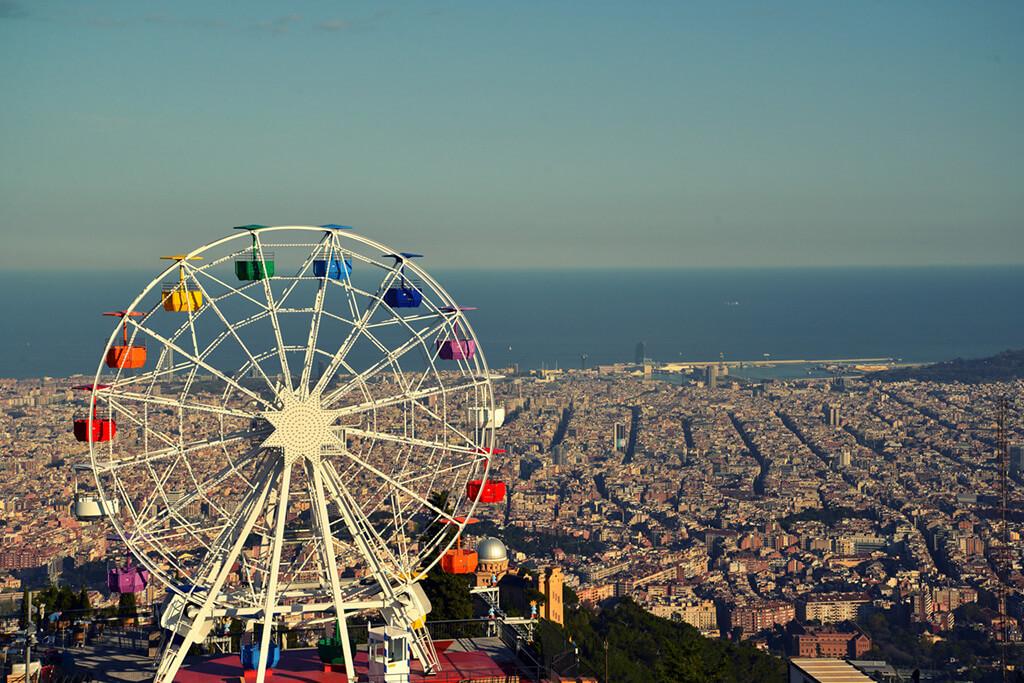 Ruské koleso v zábavnom parku na kopci Tibiidabo nad Barcelounou s výhľadom na celé mesto a morom v pozadí.