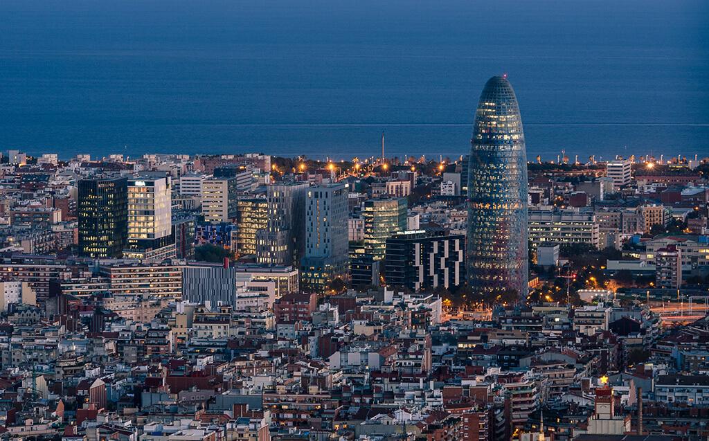 Pohľad na mesto končiace morom a Torre Agbar prezývané aj kukuričná veža alebo falus podľa jej architektúry