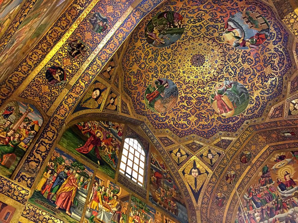 Nádherné zdobený interiér s množstvo kresťanských malieb v katedrále v arménskej štvrti iránskeho Isfahánu