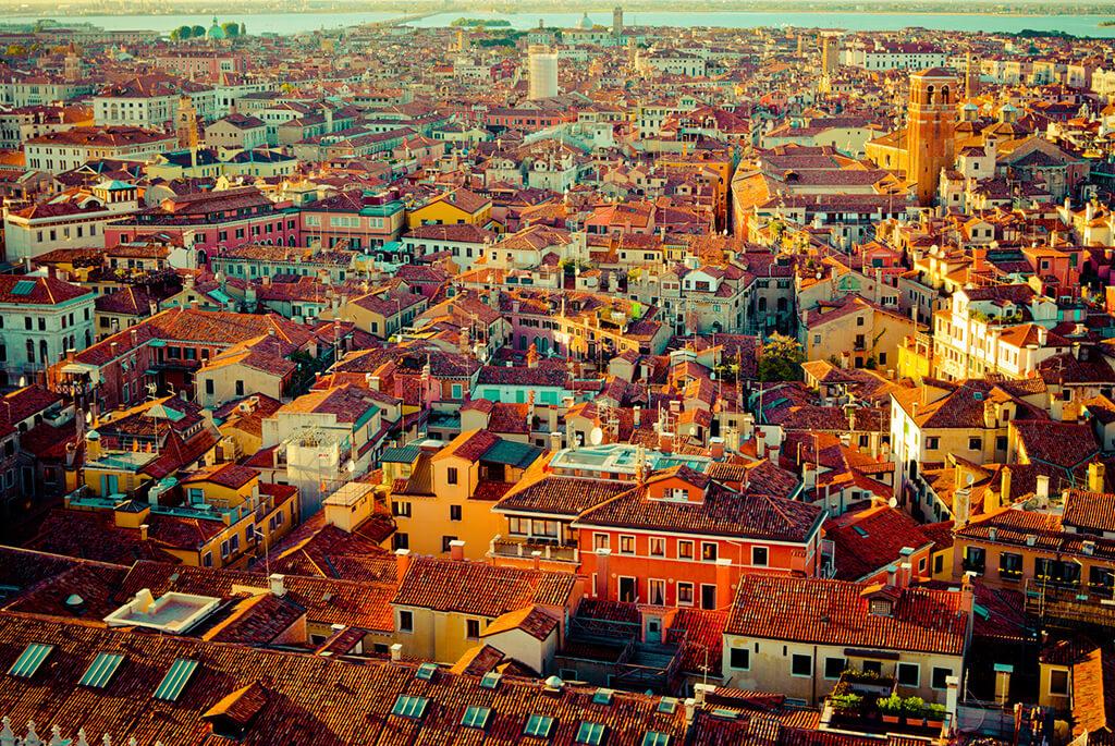 Vyhľad na slnkom zaliate Benátky zo zvonice Campanile