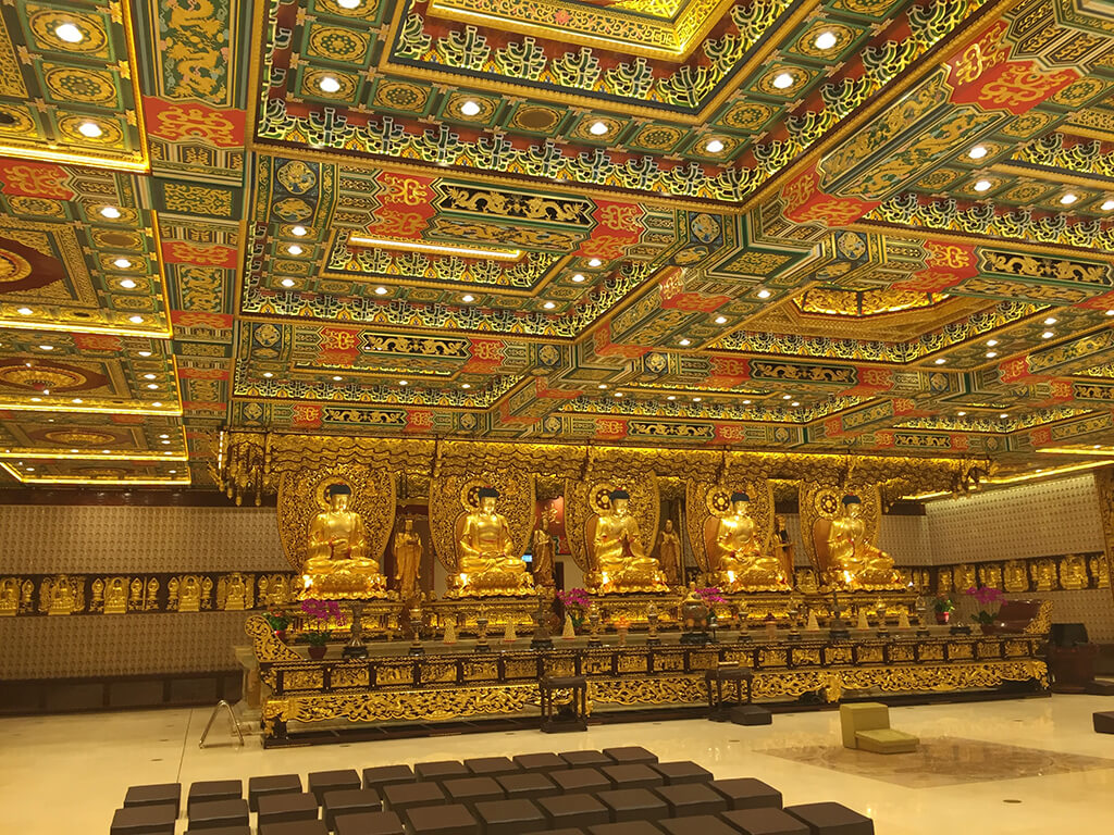Veľká sála s nádherne zdobeným zlato, zeleným stropom a oltarom s piatimi zlatými sochami